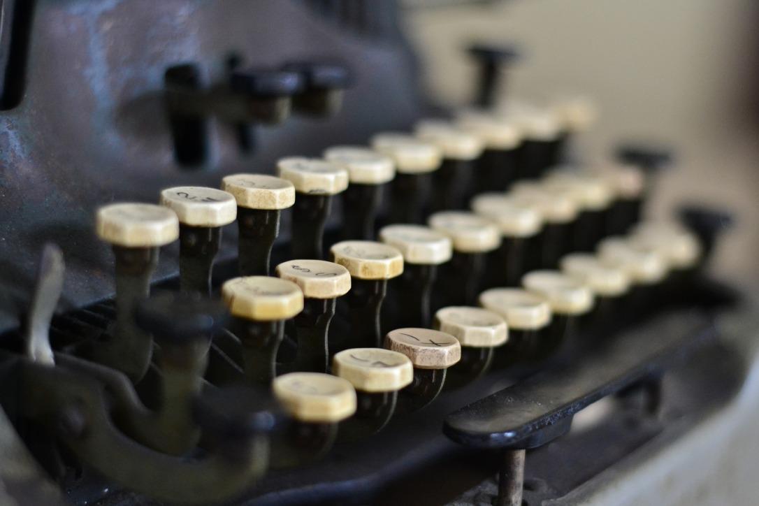 typewriter-863635_1920